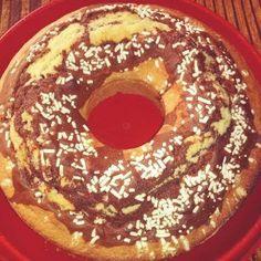Ciambellone soffice bicolore panna cioccolato. Un dolce velocissimo e semplice da preparare, ideale per la colazione di tutti i giorni....