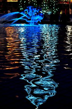 ohh, water, how are you so gorgeous??? (Christmas reflection in Trafalgar Square by Alan Lamb)