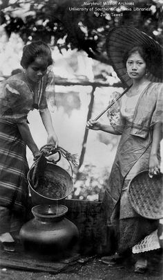 Two Filipina ladies at the town water well Philippines 1 Philippines Culture, Manila Philippines, Historical Art, Historical Pictures, Old Photos, Vintage Photos, Martial Arts Weapons, Filipino Culture, Filipina Beauty
