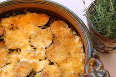 Zucchini baked in traditional bowl. Traditional Bowls, Cauliflower, Macaroni And Cheese, Zucchini, Yummy Food, Drink, Baking, Vegetables, Ethnic Recipes