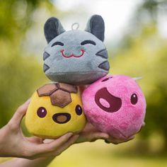Fans of the popular Xbox One video game, Slime Ranch, are in for a treat as the developers have released official plushies based on the title's cute characters. These new stuffed toys are ava… First Video Game, Video Games, Slime Rancher Game, 150 Pokemon, Pokemon Plush, Colorful Slime, Pink Slime, Pet Day, Happy Party