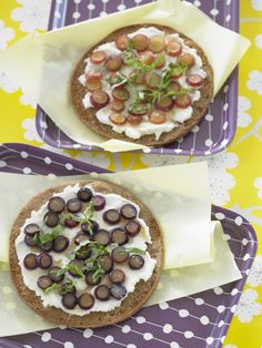 Grapes on pizza? You must try this Grape and Ricotta Pita Pizzas Recipe from healthy chef Ellie Krieger! Pizza Recipes, Wine Recipes, Great Recipes, Cooking Recipes, Favorite Recipes, Recipe Ideas, Summer Snacks, Summer Recipes, Peanut Butter Fingers