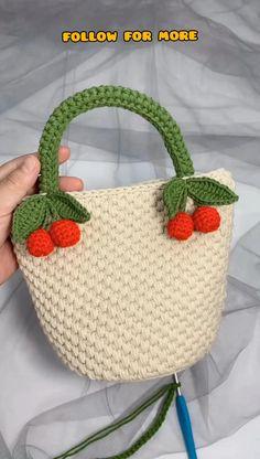 Diy Crochet Projects, Crochet Bag Tutorials, Crochet Flower Tutorial, Crochet Videos, Sewing Tutorials, Crochet Handbags, Crochet Purses, Crochet Tote Bags, Diy Crochet Bag