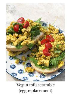 Een perfect alternatief voor een gebakken ei, tofu! Hoe je deze lekker klaarmaakt en exact zo laat smaken als een echt ei is makkelijker dan je denkt! Je vindt het recept op veganmetjuud.nl. Tofu Scramble, Avocado Toast, Vegan, Breakfast, Turmeric, Tomatoes, Morning Coffee, Vegans
