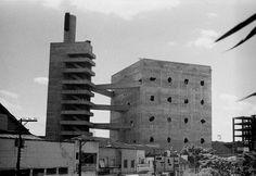Construído pelo Lina Bo Bardi na São Paulo, Brazil na data 1986. Imagens do Pedro Kok. Três volumes prismáticos de concreto aparente surgem ao lado dos antigos galpões da fábrica de tambores da Pompéia: u...