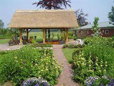 overdekt terras in grote landelijke tuin