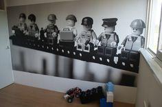 fijn - LEGO versie van de beroemde foto 'lunch a top a skyscraper'. Afbeelding geprint op behang.