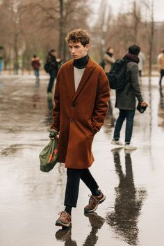 The Best Street Style from Paris Fashion Week - GQ Street Style Trends, Street Styles, Stylish Mens Fashion, Look Fashion, Fashion Styles, Fashion Trends, Brown Fashion, Sneakers Mode, Sneakers Fashion