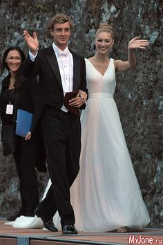 Beatrice Borromeo and Pierre Casiraghi The Bride: Beatrice Borromeo, member of Italy's most ancient and aristocratic family. The Groom: Pierre Casiraghi, Princess Grace's grandson. When: July 2015 Where: Angera, Italy Royal Wedding Gowns, Princess Wedding Dresses, Royal Weddings, Lady Diana, Michelle Obama, Grace Kelly, Beatrice Borromeo, Jamie Hince, Helen Rose