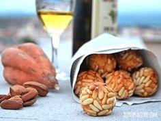 Panellets de piñones y moscatell (vino dulce especial postres)