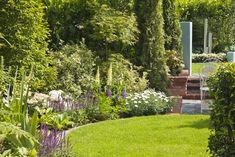 Sie möchten aus Ihrem Garten einen Ort der Sinnlichkeit erschaffen, der zum Wohlfühlen und Seele baumeln lassen einlädt? Der Sie den Stress des Alltags vergessen lässt, Ihnen Energie spendet und gleichermaßen ein Rückzugsgebiet der Harmonie für Ihre Familie und Freunde ist?  Pflanzplan hilft Ihnen dabei, diesen Traum wahr werden zu lassen und bringt das Paradies zu Ihnen nach Hause. #Garten #Gartenplanung  #Gartengestaltung  #Gartenbewässerung #Gartenbeleuchtung #Gartenmöbel #Gartenpflege Garden Plants, Stepping Stones, Contemporary Gardens, Sidewalk, Outdoor Decor, Stress, Image, Yard Maintenance, Left Out