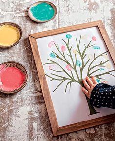 Pode ser um livro de presença numa festa, pode ser uma árvore genealógica diferente. De qualquer forma, o resultado é tão bacana que vale a pena enquadrar: peça para o melhor artista da família desenhar uma árvore e convoque os demais para deixar a marca do polegar, com tinta colorida, no lugar das folhas nos galhos