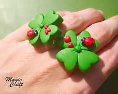 Lucky four-leaf clover with Ladybug ring in Fimo, four leaves lucky clover ring clay Cute Polymer Clay, Polymer Clay Charms, Diy Clay, Polymer Clay Earrings, Clay Crafts, Felting Tutorials, Four Leaf Clover, Clover Ring, Clay Flowers