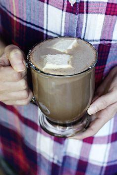 A healthy and good for you hot chocolate recipe? I know they don't usually go together but this sugar-free hot chocolate recipe has added collagen protein for lots of health benefits. Fall Recipes, Real Food Recipes, Holiday Recipes, Snack Recipes, Sugar Free Hot Chocolate, Hot Chocolate Recipes, Easy School Lunches, Collagen Protein, Warm Food