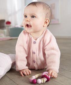 Durch die Raglanärmel ist dieses Jäckchen aus dem feinen Garn Baby Smiles Suavel besonders komfortabel. Die kraus rechts gestrickten Blenden werden gleich mitgestrickt und die aufgesetzten Täschchen sind tatsächlich besonders herzig. Ein entzückendes, selbstgestricktes Geschenk für alle werdenden Mamas.
