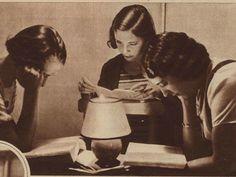 Alumnas de la Residencia de Señoritas estudiando.