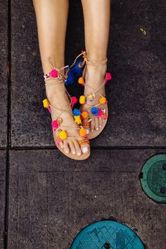 Omg the cutest idea for pom poms! Pom Pom Sandals, Gucci, Walk This Way, Types Of Shoes, Foto E Video, Me Too Shoes, High Heels, Stilettos, Running Shoes