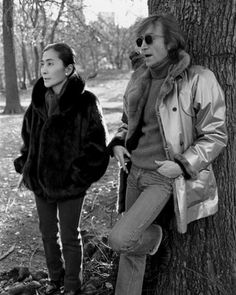 John Lennon - In Central Park, New York, November Lennon Was Filming A Video For The Song 'Starting Over' From, 'Double Fantasy' (Photo By Allan Tannenbaum-Getty Images) John Lennon Yoko Ono, Imagine John Lennon, Les Beatles, John Lennon Beatles, Liverpool, Rock N Roll, Idole, Famous Couples, The Fab Four