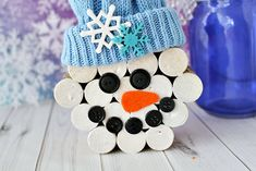 Make a wine cork snowman with your old wine corks! Paint, glue and an easy fabri. - Make a wine cork snowman with your old wine corks! Paint, glue and an easy fabric hat made of an ol - Snowman Globe Craft, Globe Crafts, Snowman Crafts, Holiday Crafts, Snowman Hat, Easter Crafts, Wine Cork Art, Wine Cork Crafts, Wine Bottle Crafts