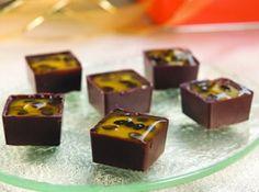 Bombom aberto de maracujá Choco Chocolate, Chocolate Candy Recipes, Artisan Chocolate, Small Desserts, Fun Desserts, Dessert Recipes, Gourmet Recipes, Sweet Recipes, Christmas Candy Crafts