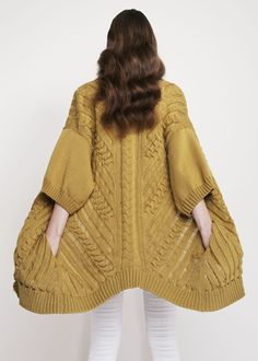We never knew knitwear could be so funky until we've seen those by Vivian Graf. Knitwear Fashion, Knit Fashion, Knitting Designs, Knitting Patterns, Knitted Coat, Knit Cardigan, Long Cardigan, Pulls, Lana
