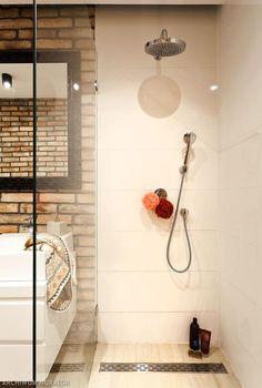 prysznic w wąskiej łazience