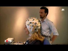 Wendy Bouchard (Zone interdite) se prête à une expérience sur le cerveau avec Fabrizio de Vico Fallani (équipe Aramis, Inria)