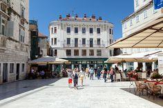Piazza Heritage Hotel nalazi se na glavnom trgu, u središtu grada Splita. Sedam luksuzno opremljenih soba zauzima prvi kat prelijepe zgrade izgrađene davne 1906. godine u stilu bečke secesije.