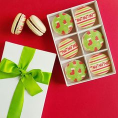 Now even these macarons are screaming 'HoHoHo'! Already feeling the Holiday vibes today..