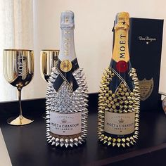 Awesome Home Decor Ideas on a Budget - Repurposed DIY Wine Bottle Crafts Alcohol Bottle Decorations, Liquor Bottle Crafts, Diy Bottle, Bottle Art, Glitter Champagne Bottles, Bling Bottles, Bedazzled Bottle, Decorated Liquor Bottles, Moet Chandon