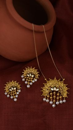 Radiating floral pendant with pearl tassels Indian Jewelry Earrings, Jewelry Design Earrings, Gold Earrings Designs, Indian Gold Jewelry, Antique Jewellery Designs, Fancy Jewellery, Gold Jewellery Design, Gold Jewelry Simple, Stylish Jewelry