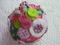 Boule textile décorative esprit patchwork base de polystyrène, yoyos, tons verts et rouges : Accessoires de maison par latelierdyb