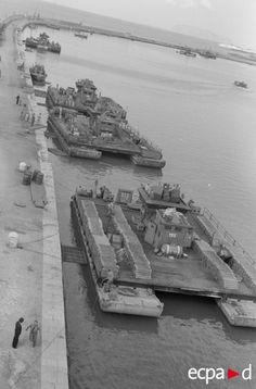 Dans un port italien, plusieurs Fahrpräme de la Luftwaffe à quai. Ces barges transportent du ravitaillement, des munitions et de l'essence. Elles sont le résultat d'un « bricolage » qui permet à la Luftwaffe de pallier le manque d'embarcations de ce type. Date : 1943-1944