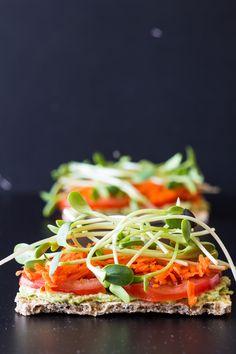 Crispbread with Avocado Cilantro Hummus (vegan)