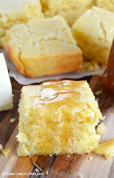 This Sour Cream Corn Bread recipe can be made ahead of time and will stay moist and tender. Serve it as a side dish for chili or with jam for brunch! Cream Corn Bread, Sour Cream Cornbread, Cornbread Cake, Sweet Cornbread, Cornbread Muffins, Cornmeal Recipes, Bread Kitchen, Biscuit Bread, Biscuit Recipe