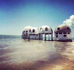 As ilhas desabitadas no sudoeste da Flórida, Estados Unidos Estas pequenas estruturas em forma de cúpulas foram construídas em 1981 em Cape Romano, ao longo da costa da Flórida, nos EUA. Estas eram as casas de verão do produtor de petróleo Bob Lee antes de caírem em desuso. O destino das casinhas ainda hoje continua incerto.