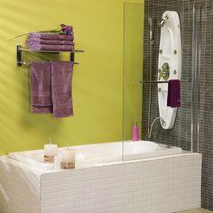 Usa una mampara en la tina, le da un toque moderno que hoy es tendencia. #Baño #Decoración #Homecenter #Sodimac