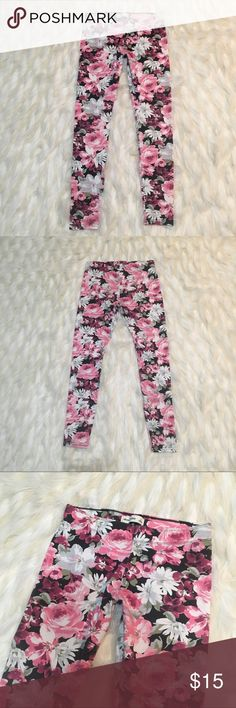 ABERCROMBIE KIDS FLORAL PINK LEGGINGS Stretchy leggings, fit an XS women's or girls large. Super comfortable. Abercombie Kids Bottoms Leggings