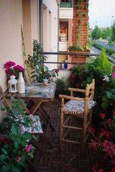 balkon , kwiaty , krzesło ,
