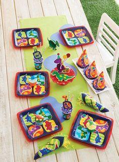 """Für den Kindergeburtstag mit dem Motto """"Dinosaurier"""" kaufen: Pappteller, Pappbecher, Servietten, T-Rex Piñata, Muffinhüllen, Kerzenset, Wabenbälle mit Dinomotiv."""