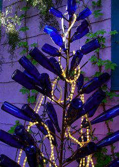 Bottle Trees with lights at night. I have a tree that could do with some glass bling Blue Bottle, Bottle Art, Bottles And Jars, Glass Bottles, Wine Tree, Bottle Trees, Recycled Bottles, Wine Bottle Crafts, Glass Garden