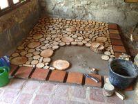 Hier haben wir noch eine tolles Bau-Projekt um Ihrem Fußboden einen ganz eigenen Schliff zu verleihen: Holzstämme in Scheiben sägen und damit den Boden verzieren.