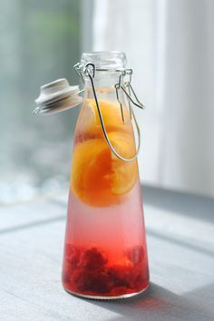 Raspberry orange water recipe// or with peach Refreshing Drinks, Summer Drinks, Fun Drinks, Healthy Drinks, Healthy Snacks, Beverages, Juice Drinks, Mixed Drinks, Healthy Life