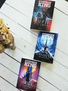 Stephen King intrece toate asteptarile cu finalul capodoperei sale: povesti intretaiate, lumi de o vastitate impresionanta, o imaginatie fara limite, un vizionarism curajos si cu totul antrenant pentru toti cititorii. Fantasy, Books, Art, Art Background, Libros, Book, Kunst, Fantasy Books, Performing Arts