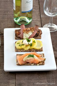 Smorrebrod - delicious Scandinavian open sandwiches made with buttered rye bread and topped with roast beef, gravlax or potatoes. Danish Cuisine, Danish Food, Brunch, Rye Bread, Pear Bread, Nordic Diet, Nordic Recipe, Wrap Sandwiches, Gastronomia