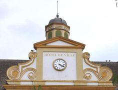 Cadran #horloge Bodet installé sur le fronton de l'hôtel de ville de Saint-Pierre, Île de la Réunion #clock