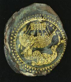 Fond de verre doré   IVe siècle après J.-C.   Rome  Verre doré  D.: 10,5 cm    Décor : Jonas jeté en pâture au monstre marin.