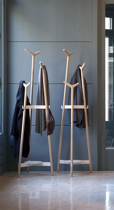 metal home accessories - homeaccessories Woodworking Furniture, Wood Furniture, Furniture Design, Furniture Vintage, Industrial Furniture, Rack Design, Stand Design, Hallway Ideas Entrance Narrow, Standing Coat Rack