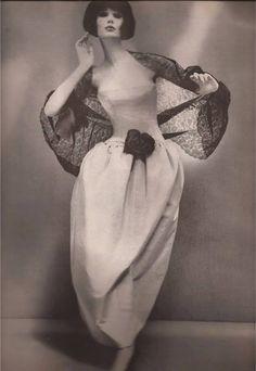 Dior's Madrilena Dress of floating pale gray faille Alexandre of Paris Coiffure - Richard Avedon - Harper's Bazaar Dec 1960 Glamour Vintage, Dior Vintage, Vintage Mode, Moda Vintage, Vintage Couture, Vintage Beauty, Vintage Dresses, Vintage Outfits, Vintage Hats
