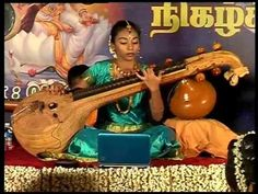 """El """"sitar"""" es el instrumento solista dominante en la música India. Mantiene su forma actual desde hace unos 700 años. Esta muy influenciada por el laúd persa de cuello largo traido a India por Amir Jusro en el siglo S.XII. Intrumento con caja de resonancias realisadas con calabaza y el mango de madera. iene 7 cuerdas principales y por debajo 13 cuerdas simpáticas."""